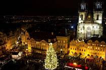 Pohled na vánoční trhy a rozsvícený strom na pražském Staroměstském náměstí v roce 2015.