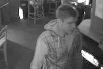 LUPIČ. Podobu pachatele zachytila bezpečnostní kamera v herně. Pistole, ktrou při přepadení použil, byla podle policie pravá.