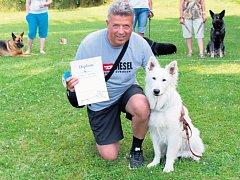KDYŽ SUNDÁ KRAVATU, utíká Miroslav Bukva do přírody. Miluje psy, se kterými nejen cvičí, ale i jezdí po soutěžích.