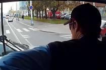 Srážka tramvaje s osobním vozem.