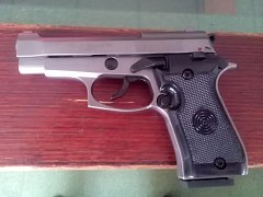 Vražda v Újezdu nad Lesy: zbraň použita při činu byla plynová pistole značky Ekol speciál stříbrné barvy.