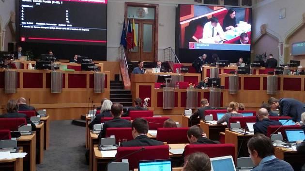 Jednání zastupitelstva hlavního města bylo v lednu 2019 vyhrocené kvůli sporům o dozorčí rady městských firem i jednací řád.
