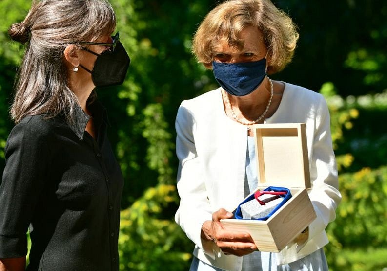 Praha 10 udělila čestné občanství Karlu Čapkovi. Na snímku Kateřina Trlifajová a Katherine Kastner, pravnučky Čapkovy sestry Heleny.