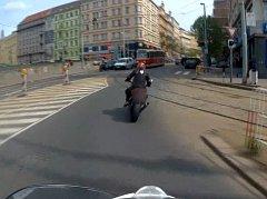 Ujíždějící motorkář.