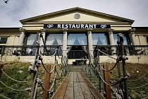 PLAVCI CHODÍ JINAM. Svému původnímu účelu sloužila plovárna do poloviny 20. století. Současný nájemce budovu opravil po povodni v roce 2002, dnes je v ní restaurace.