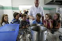 Netradiční slavnostní otevření školní kuchyně na pražské ZŠ Chmelnici proběhlo ve čtvrtek. V nové kuchyni společně s dětmi uvařil známý kulinářský expert jeden z Kluků v akci Ondřej Slanina paličky s bramborem a rýží.