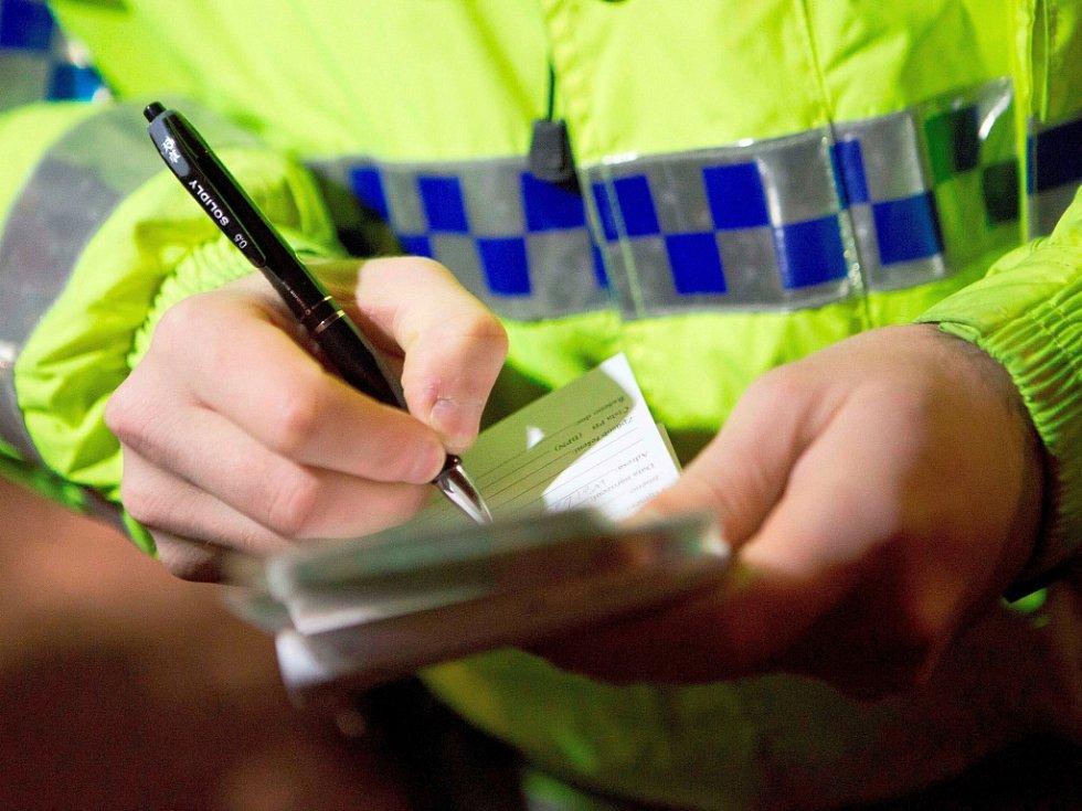 Strážník vypisuje pokutu. Ilustrační foto.