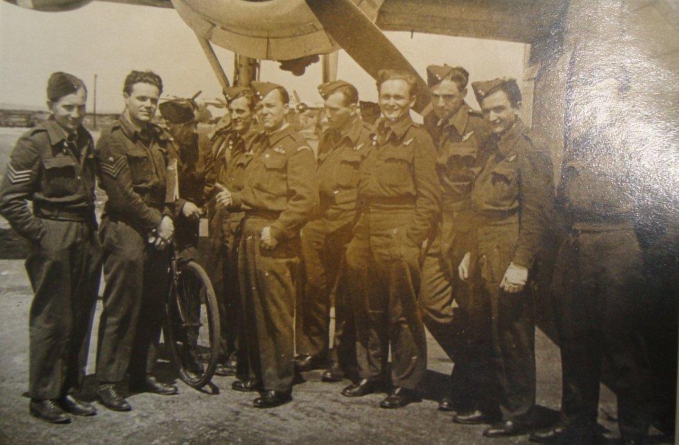 Jiří Pavel Kafka mezi příslušníky RAF.
