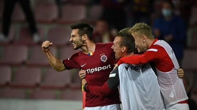 Sparťanský fotbalista Michal Trávník slaví se spoluhráči vítězný gól v utkání se Zlínem.