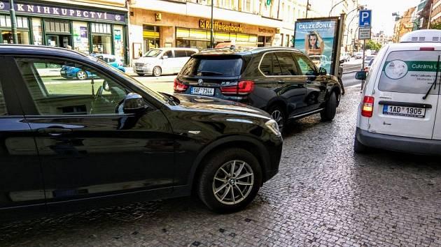 Parkování na chodníku. Ilustrační foto.