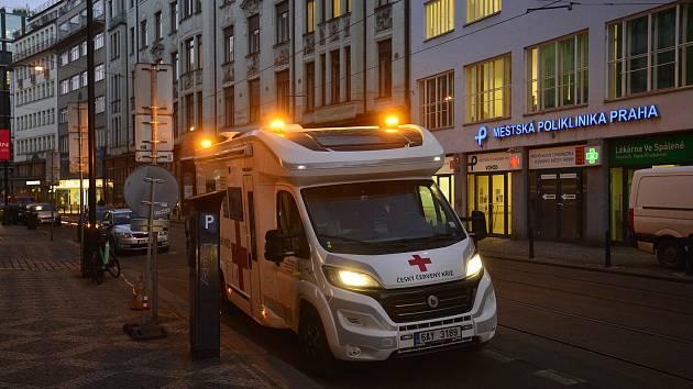 V Praze zahájil činnost mobilní tým, který bude očkovat především obyvatele domovů pro seniory.