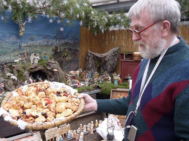 Autor výstavy Petr Herynek nastavuje ošatku s tradičním pečivem
