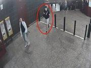 Pražská policie pátrá po svědkovi loupežného přepadení mladé dívky na stanici metra Hůrka.