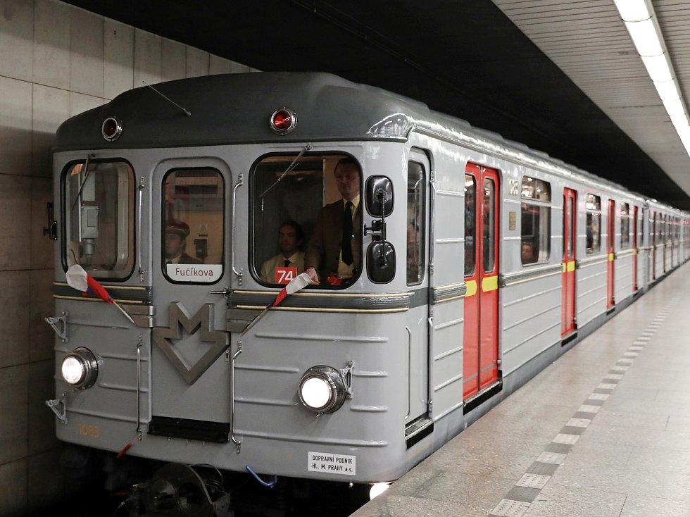 Historická souprava metra ve stanici Florenc.