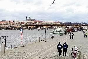 Zatímco v polovině března byly náplavky bez lidí, teď davy návštěvníků znepokojily vedení Prahy.