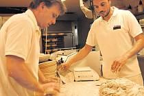Všichni pekaři z pražské pekárny Moje Kredenc jsou profesionálové a pekařině rozumějí.
