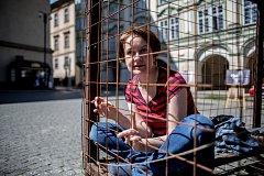 Redaktorka Deníku Veronika Rodriguez si vyzkoušela 18. května na 12h protestovat v kleci na pražském Malostranské náměstí pro schválení o zákazu kožešinových farem.