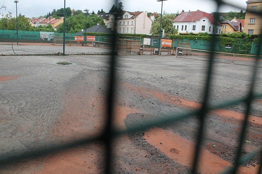 Zdevastovaný sportovní areál Hamr v pražských Záběhlicích. Voda v potoku Botič se provalila přes tenisové kurty, na kterých zanechala doslova spoušť.