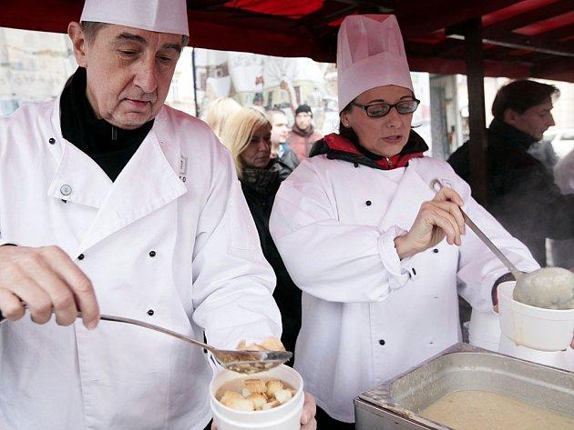 O rybí polévku, kterou na Staroměstském náměstí v kuchařském obleku rozlévala pražská primátorka Adriana Krnáčová byl značný zájem. Pomoci přišel také ministr financí Andrej Babiš.