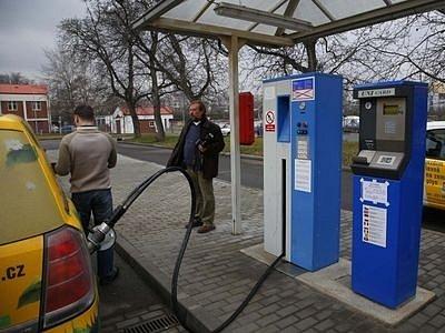 JEDNA Z OSMNÁCTI. Tato čerpací stanice zemního plynu se nachází v areálu Pražské plynárenské v Michli. Celkem je takových stanic v celé republice pouze osmnáct.