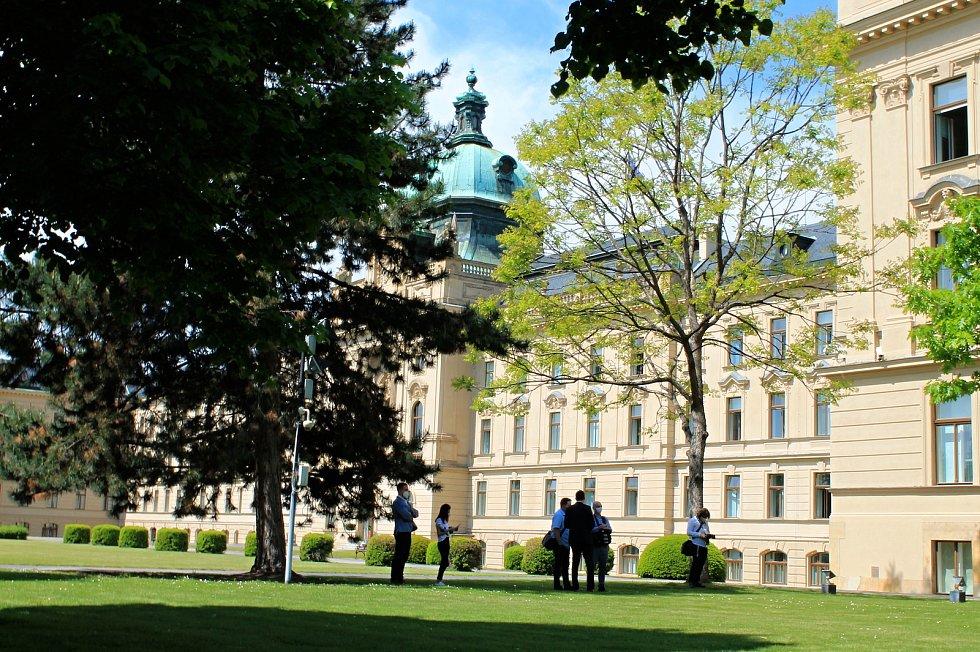 Slavnostní odhalení sochy česko-italského přátelství v zahradě Strakovy akademie. Dílo věnovalo italské velvyslanectví u příležitosti stého výročí jeho působnosti v Praze.