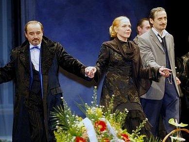 Děkující se herci (zleva): Viktor Preiss, Dagmar Havlová-Veškrnová a Martin Stropnický.