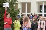 Žáci se svou třídní učitelkou čekají 1. září 2020 před Masarykovou základní školou v Újezdu nad Lesy v Praze 9 na zahájení nového školního roku.