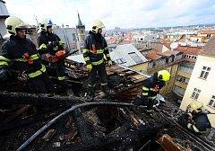 Požár bytu ve Školské ulici se rozšířil do izolace a částečně i na střešní konstrukci