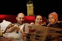 Rodina zpívá koledy 14. prosince na pražském Staroměstském náměstí v rámci celonárodní akce Deníku Česko zpívá koledy.