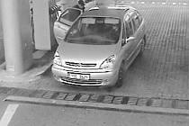 Zlodějku zachytily bezpečnostní kamery.