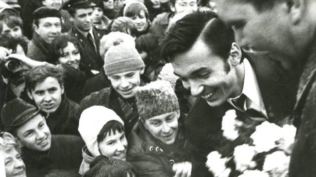 SLAVÍK SE VRÁTIL DO PRAHY. Zima 1967 a Karel Gott právě přiletěl z Las Vegas, i takové snímky ukazuje výstava.