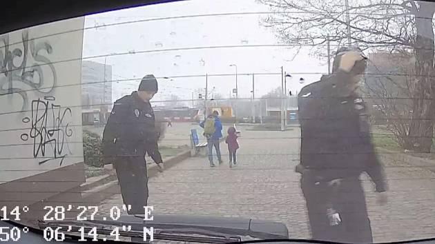 Strážníci napomohli shledání otce s dcerkou, ta mu nechtěně odjela v tramvaji.