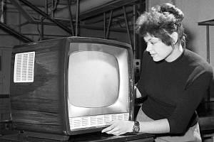 TESLA. Televizory Tesla vyráběné ve Strašnicích byly svého času velice oblíbené. Na snímku z roku 1960 je tehdy nový model Ametyst s úhlopříčkou 43 cm.