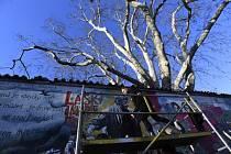Třicet let svobody. Slavnou malostranskou Lennonovu zeď v Praze pomalovalo 18. března 2019 novými obrázky a nápisy několik umělců z Česka i zahraničí.