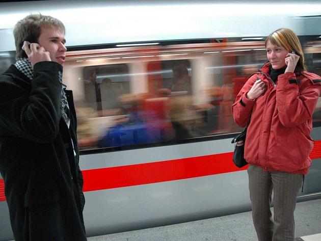 Telefonování v metru. Ilustrační foto.