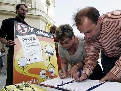 Demonstrace Ne základnám se uskuteční v pondělí 4. května 2007, ale mluvčí iniciativy Jan Tamáš nevyloučil, že se akce zopakují i v následující den.