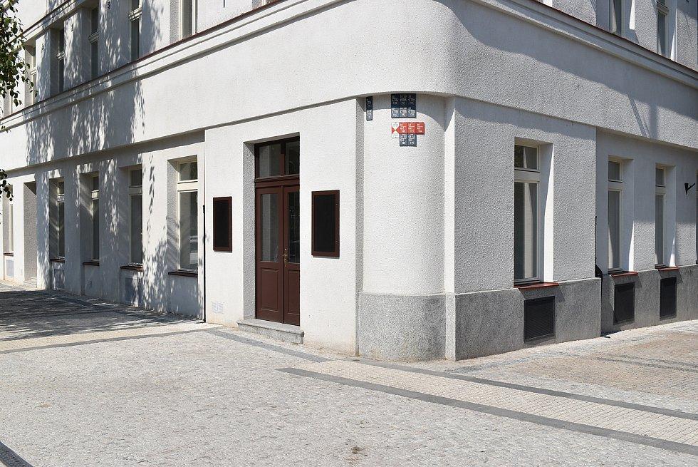 Obecní dům u metra Hradčanská.