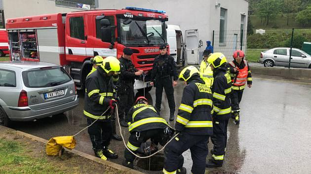 Potápěči pražských hasičů prohledávali 29. dubna 2019 šest metrů hlubokou výpusť na dešťovou vodu u hotelu Pyramida v Praze