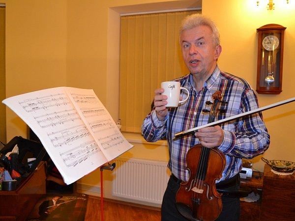 Dvě vášně Jaroslava Svěceného - káva a housle.