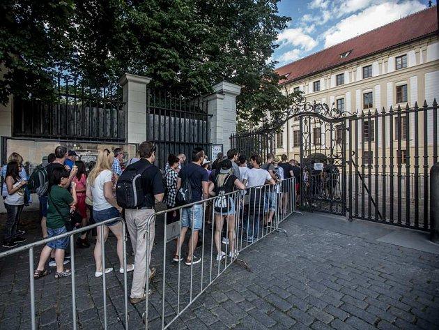 DLOUHÉ FRONTY musí kromě turistů vystát i návštěvníci Letních shakespearovských slavností. Ilustrační foto
