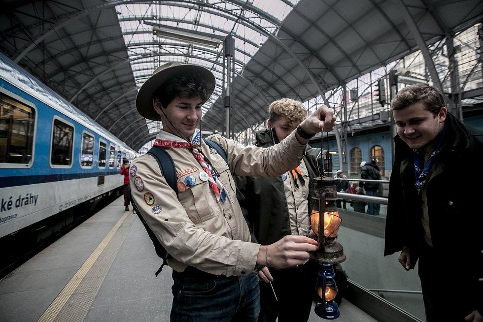 Skauti přivezli 16. prosince 2018 na pražské hlavní nádraží Betlémské světlo z Lince.