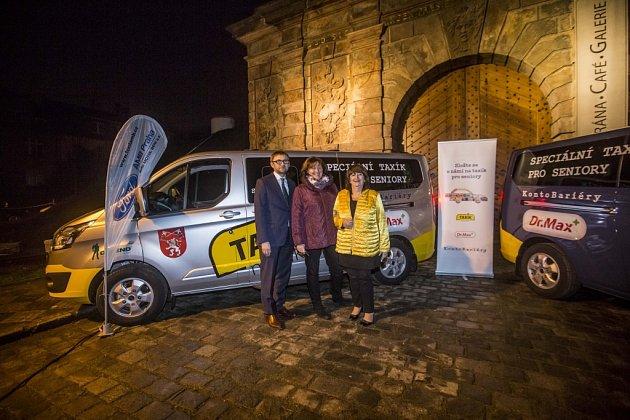 Liberec a Prachatice jsou první města, která dostala darem od Konta Bariéry velkoprostorové automobily, takzvané Taxíky Maxíky. Přispěli na ně zákazníci sítě lékáren Dr. Max. Slavnostní předání vozů v Praze doplnil koncert skupiny The Tap Tap.
