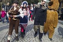 Masopustní průvod v maskách v pražské zoologické zahradě.