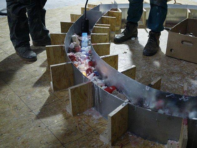 Výtvarník Lukáš Gavlovský pokračoval v sobotu 21. ledna 2012 v Praze s odléváním voskové sochy ve tvaru srdce ze svíček, které lidé zapalovali na památku zesnulého exprezidenta Václava Havla.