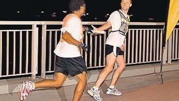 PŘEDÁNÍ KOLÍKU. Do metropole doběhli účastníci mezinárodního štafetového běhu včera nad ránem, a to ještě za hluboké tmy.