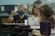 Žáci první třídy se sami testovali ze slin. Ilustrační foto.