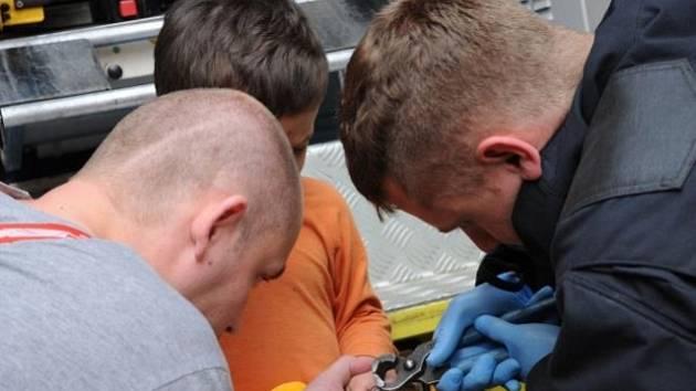Hasiči ve Vršovicích museli odštípnout kroužek z prstu dítěte.