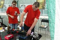Návštěvníci akce Chemie a paliva vděčně přihlíželi všem demonstracím, jako zde předvádění parního stroje.