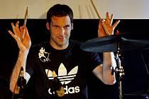 Brankář londýnské Chelsea a národního týmu Petr Čech si zahrál 8. října v pražském klubu Rock café na bicí s kapelou Eddie Stoilow.