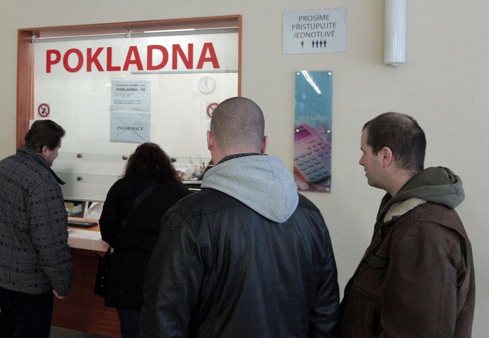 Výměna řidičských průkazů na Magistrátu ve Škodově paláci 30. prosince.